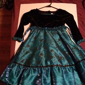Size Girls 4 dress. Only worn once. Very beautiful